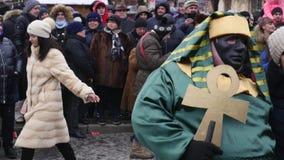 CHERNIVTSI, UKRAINE - 15 JANVIER 2018 : Festival de Malanka dans Chernivtsi Les festivités folkloriques sur les rues ont habillé  clips vidéos