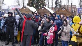 CHERNIVTSI, UKRAINE - 15 JANVIER 2018 : Festival de Malanka dans Chernivtsi Les festivités folkloriques sur les rues ont habillé  banque de vidéos