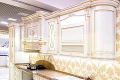 Chernivtsi/Ukraine-01 05 2019: Klassisk stilkök- och matsalinre i beigea herde- färger royaltyfri fotografi