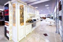 Chernivtsi/Ukraine-01 05 2019: Klassisk stilkök- och matsalinre i beigea herde- färger fotografering för bildbyråer