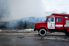 Chernivtsi/Ukraine - 03/19/2018: Löschfahrzeug mit Sirenen und Blaulichtern mit Feuer auf Hintergrund Stockbilder