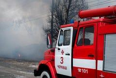 Chernivtsi/Ukraine - 03/19/2018: Löschfahrzeug mit Sirenen und Blaulichtern mit Feuer auf Hintergrund Lizenzfreies Stockfoto