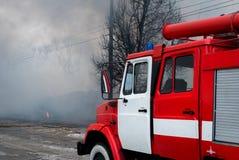 Chernivtsi/Ukraine - 03/19/2018: Löschfahrzeug mit Sirenen und Blaulichtern mit Feuer auf Hintergrund Lizenzfreies Stockbild