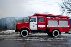 Chernivtsi/Ukraine - 03/19/2018: Löschfahrzeug mit Sirenen und Blaulichtern mit Feuer auf Hintergrund Lizenzfreie Stockfotos