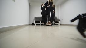 26 12 2017 Chernivtsi, Ukraine - le groupe de trains de jeunes filles défilent dans la salle de classe à l'école modèle banque de vidéos
