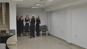 Chernivtsi, Ukraine - le groupe de trains de jeunes filles défilent dans la salle de classe à l'école modèle banque de vidéos