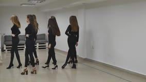 13 12 2017 Chernivtsi, Ukraine - le groupe de trains de jeunes filles défilent dans la salle de classe à l'école modèle banque de vidéos