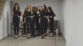 13 12 2017 Chernivtsi, Ukraine - le groupe de trains de jeunes filles défilent dans la salle de classe à l'école modèle clips vidéos