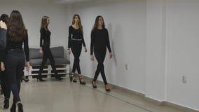 13 12 2017 Chernivtsi, Ukraine - le groupe de trains de jeunes filles défilent dans la salle de classe à l'école modèle lipse de  clips vidéos