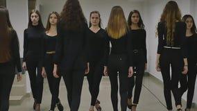 13 12 2017 Chernivtsi, Ukraine - le groupe de trains de jeunes filles défilent dans la salle de classe à l'école modèle S banque de vidéos