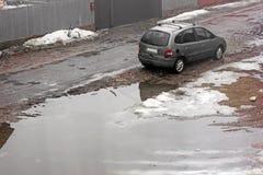 Chernivtsi, Ukraine - 31 mars 2018 : Jour pluvieux La voiture privée Renault se tient près d'un grand trou photo stock