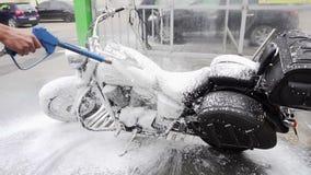 15 05 2018, Chernivtsi - Waschanlage für Motorräder Waschen eines Motorrades Langsame Bewegung stock video footage
