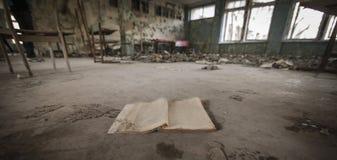 Chernobyl - livro na escola abandonada foto de stock