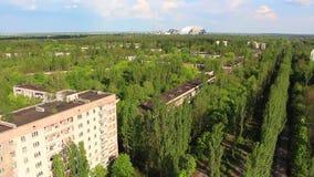 chernobyl Pripyat 3 Schattenbild des kauernden Geschäftsmannes hubschrauber stock footage