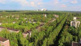 chernobyl Pripyat 2 Silhouette d'homme se recroquevillant d'affaires hélicoptère banque de vidéos