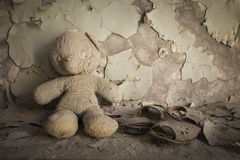 Chernobyl - urso de peluche na casa abandonada Fotos de Stock