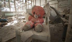 Chernobyl - urso de peluche no jardim de infância abandonado fotos de stock royalty free