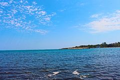 Chernomorets - a costa búlgara do Mar Negro no verão de 2017, no mar azul e no céu, beleza, paisagens Fotografia de Stock