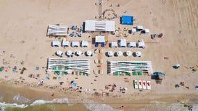 Chernomosk, Ucrânia - 30 de junho de 2018: Vista aérea do ar no bungalow luxuoso na praia Fotografia de Stock Royalty Free