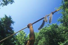 Удерживание коренного американца Cherokee копье Стоковое Фото