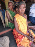 cheroot ηλικιωμένη γυναίκα καπνώ&n Στοκ φωτογραφίες με δικαίωμα ελεύθερης χρήσης