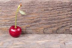 Cherrie en la tabla de madera Imagenes de archivo
