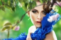 Cherry över treekvinna royaltyfri fotografi