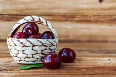 cherry świeże Dekoracyjny kosz z czereśniowymi jagodami na drewnianym tle fotografia royalty free