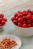 Cherry Bowl dolce sulla Tabella rustica Fotografia Stock Libera da Diritti