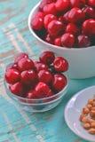 Cherry Bowl na tabela rústica Imagens de Stock Royalty Free