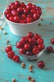 Cherry Bowl na tabela rústica Fotos de Stock Royalty Free