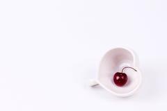 Cherry Chile et tasse en forme de coeur sur le blanc Image libre de droits