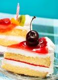 Cherry Cream Cake Indicates Pieces-Nachtisch und -scheiben lizenzfreie stockbilder