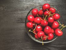 Cherry en för platta white sött Arkivbild
