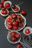 Cherry Fruit Health Vitamine fresco Cucinando cuocia il processo con gli strumenti della cucina, piatti d'argento, per Cherry Pie Fotografia Stock Libera da Diritti