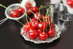 Cherry Fruit Health Vitamine fresco Cucinando cuocia il processo con gli strumenti della cucina, piatti d'argento, per Cherry Pie Fotografia Stock