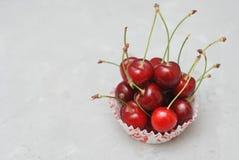 Cherry Fruit Health Vitamine fresco en cocinar el papel de la magdalena Fondo de la luz de Isoalted Foco selectivo Copie el espac Foto de archivo