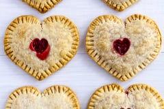 Cherry Hand Pies en forme de coeur Images stock