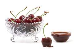Cherry i choklad royaltyfri bild