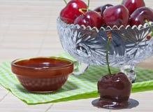 Cherry i choklad Arkivbild