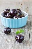 Cherry i en blå bunke royaltyfri bild