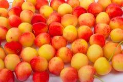 Cherry i en bunke Ny gul körsbär Körsbär på en vit träbakgrund Begreppet av ett sunt bantar bär Royaltyfri Bild