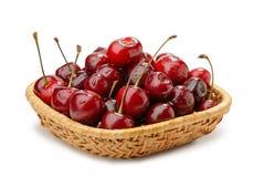 Cherry i en korg Arkivbild