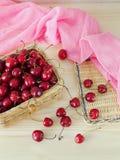 Cherry i en korg Royaltyfri Bild