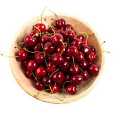Cherry i en träbunke Arkivfoto