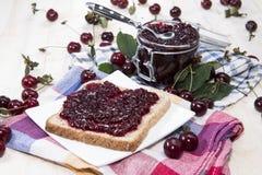 Cherry Jam Sandwich en la madera Fotografía de archivo