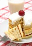 Cherry lagar mat med grädde pannkakor fotografering för bildbyråer