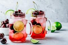Cherry Limeade ou limonade dans le pot de maçon en verre Boisson glacée d'été Image libre de droits