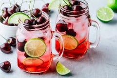 Cherry Limeade ou limonade dans le pot de maçon en verre Boisson glacée d'été Photo stock
