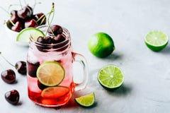 Cherry Limeade ou limonade dans le pot de maçon en verre Boisson glacée d'été Image stock